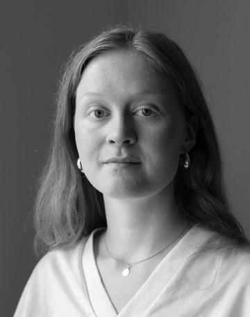 Mustavalkoinen kuva Kira Björklundista.