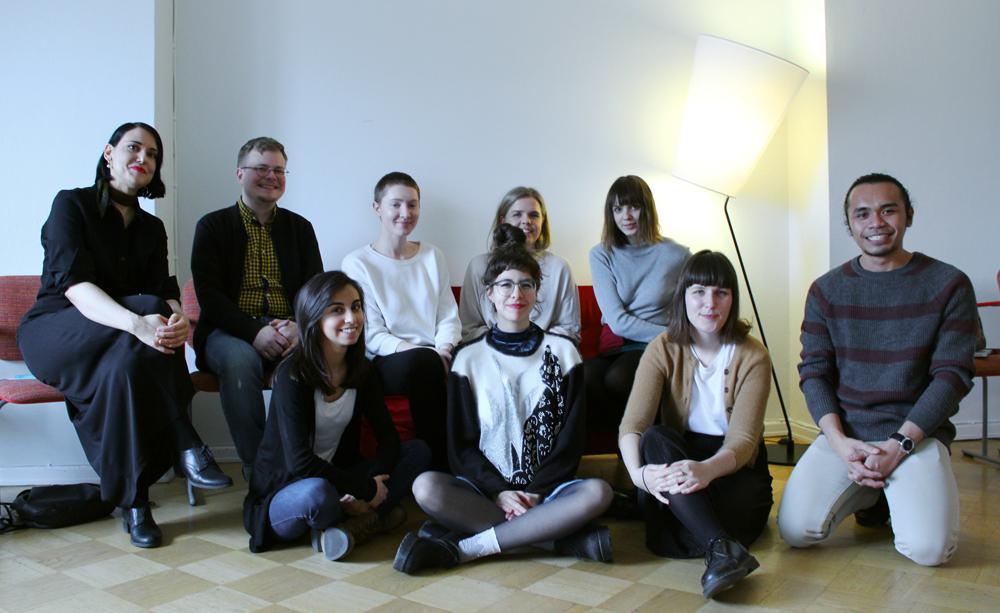 Ryhmä Venetsian Biennaalin harjoittelijoita kokoontuneena Framen toimistolla.