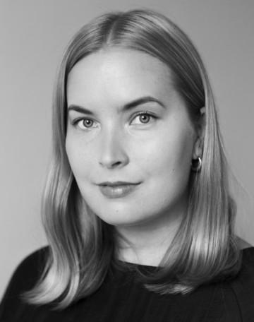 Ett svart-vitt personporträtt av Rosa Kuosmanen, kommunikationschef på Frame. Rosa har ljus hy, blont hår till axlarna, och en svart skjorta. Bilden är tagen från axlarna uppåt. Bakgrunden är vit.